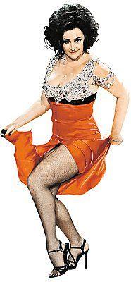 Певица прекрасно вжилась в сценический образ обольстительницы, испепеляющей мужчин.