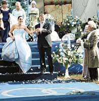 Жениха и невесту повсюду сопровождали люди в ливреях.